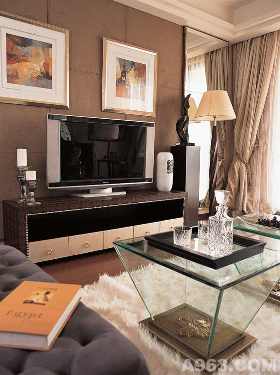 电视背景墙采用实木线条边框银镜内嵌做的造型
