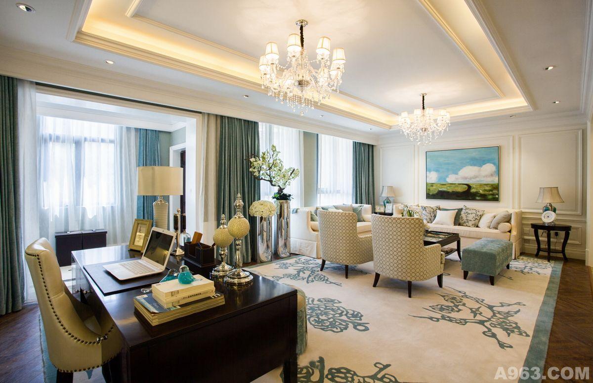 设计师: 武汉阿拉奇设计总监王正东 装修风格:简欧风格 建筑面积:220平 设计费:150/平米 空间性质:私人住宅 客户需求:整体空间以清新的欧式风格为主,空间颜色以白色与蓝色为基调,使整个空间清新优雅而舒适。绕过玄关我们可以看到整个餐厅,一览无余的热情透过餐桌中间绽放的花朵和湖蓝色的花瓶展现得淋漓尽致。